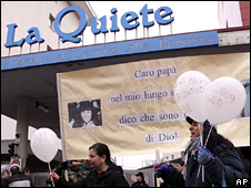 Pro-life activists outside the La Quiete clinic in Udine (8 February 2009)