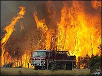 Coche de bomberos en medio de las llamas.