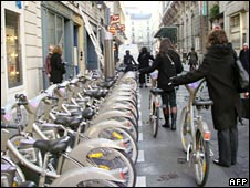 People queue up to return bikes in Paris on 15 November 2007