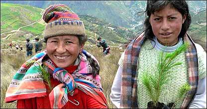 Dos peruanas listas para plantar árboles