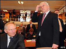 German Foreign Minister Frank-Walter Steinmeier (right) and Interior Minister Wolfgang Schaeuble at constitutional court, 10 Feb 09
