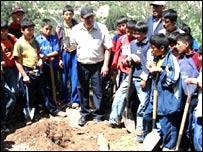 Niños peruanos listos para plantar árboles