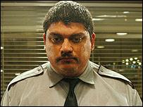 Horacio Camandule, en su papel como Jara, el vigilante, en la película Gigante