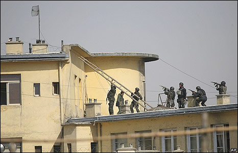 Afghan commandos try to enter the Justice Ministry