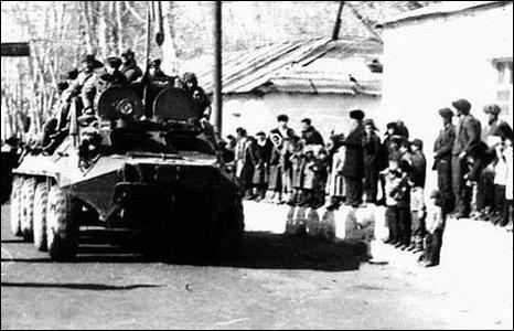 Soviet troops arrive back from Afghanistan (image: Ilya Abishev)