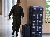 Un soldado patrulla los materiales que se utilizarán durante la votación