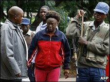 Jestina Mukoko (centre) arrives in court (24 Dec 2008)