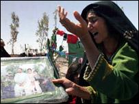 افغانية تندب اسرتها