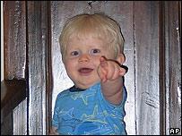 Niño hace gesto