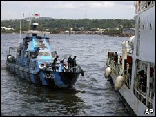 Indonesian navy, searching for ferry sinking survivors, West Sulawesi, 12 Jan 09