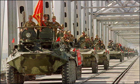 Soviet tanks leave afghanistan in 1989