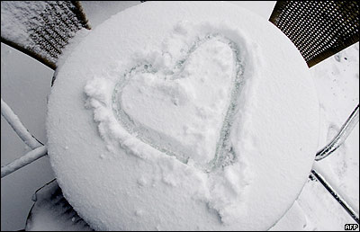 Corazón dibujado en la nieve