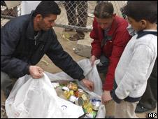 Palestinians receive UN food aid