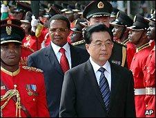 Hu Jintao (centre) and Tanzanian President Jakaya Kikwete inspect a guard of honour in Dar es Salaam, Tanzania - 15/2/2009