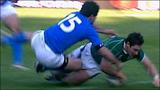David Wallace scores a try against Italy