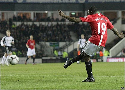 Danny Wellbeck scores United's fourth