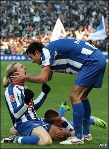 Andriy Voronin is congratulated by his Hertha Berlin team-mates