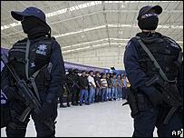 Policías federales vigilan a pandilleros (Foto de archivo)
