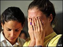 Opositora llorando luego de conocerse el resultado