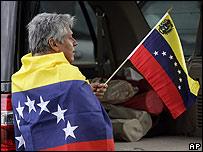 Hombre con la bandera venezolana