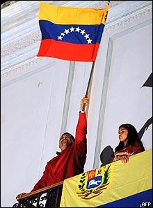 Hugo Chávez celebrando