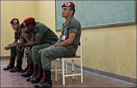 Militares esperan para votar