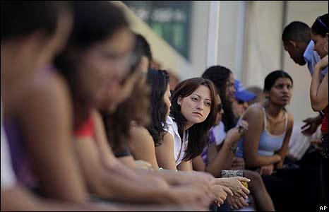 Votantes venezolanos en un centro de votaci�n en La Habana.
