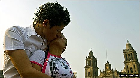 Mexican couple kissing during record attempt