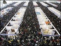 Desempleados chinos en una feria especial para buscar trabajo.