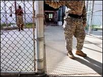 Soldado y detenido en a base estadounidense de Guantánamo, Cuba