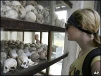 """Туристы в одном из лагерей смерти """"красных кхмеров"""""""