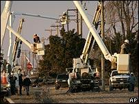 Cuadrillas de trabajadores reparan red eléctrica en el estado de Missouri en febrero de 2009