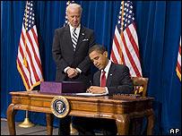 Barack Obama, presidente de EE.UU., firma paquete de estímulo económico junto al vicepresidente Joe Biden