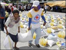 Red Cross volunteer, aid packets, Mindanao, Jan 09