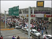 Manifestantes obstruyen el puente internacional de Hidalgo, en Reynosa