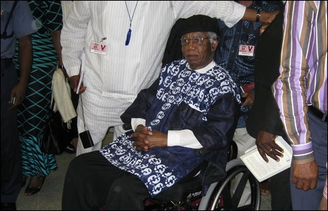 Chinua Achebe arriving at Abuja airport
