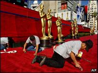 Trabajadores colocan la alfombra roja. Foto de archivo: 2002