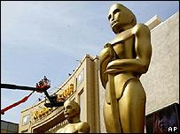 Estatuas gigantes de los Oscar. Foto de archivo: 2002