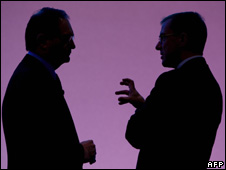UBS chairman Peter Kurer (L) chats with UBS CEO Marcel Rohner (27 November 2008)