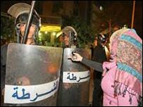 شرطة مصرية في موقع الانفجار في حي الحسين في القاهرة