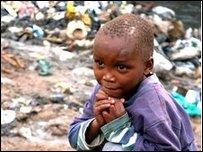 Ребенок возле свалки в Найроби (снимок из архива)
