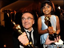 Director Danny Boyle and actress Rubiana Ali holding two of Slumdog Millionaire's Academy Awards