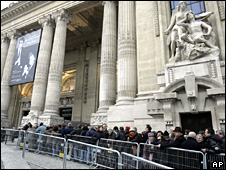 Queues outside the Grand Palais (21 February 2009)