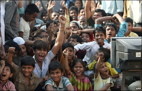 Children cheer Slumdog's success in Mumbai