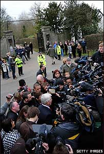 Periodistas esperan a la puerta de la casa en la que se celebró el enlace de Jade Goody y su prometido Jack Tweed
