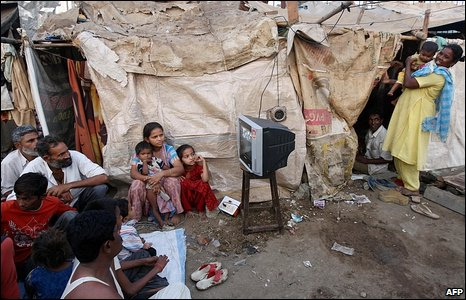 Slum-dwellers in Mumbai watch Oscars coverage on TV