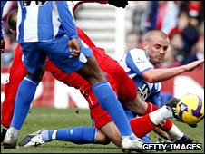 Didier Digard and Lee Cattermole tangle legs