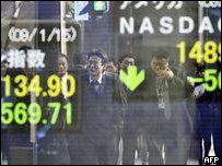 Empresarios japoneses se ven reflejados en la pizarra de cotizaciones de la Bolsa de Tokio (imagen de archivo)