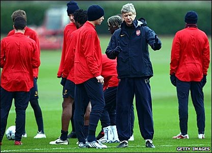 Arsenal manager Arsene Wenger talks to his players