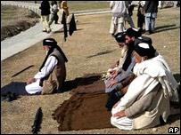 Partidarios del clérigo Sufi Mohammad rezan en Mingora